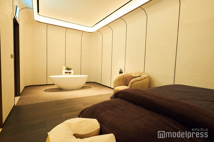 広くて安らげる個室(C)モデルプレス