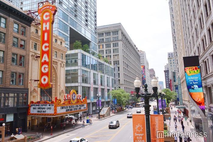 シカゴの街並みとシカゴシアター(C)モデルプレス
