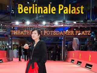 桃井かおり、黒×赤の個性派ドレスで「ベルリン国際映画祭」レッドカーペットに登場
