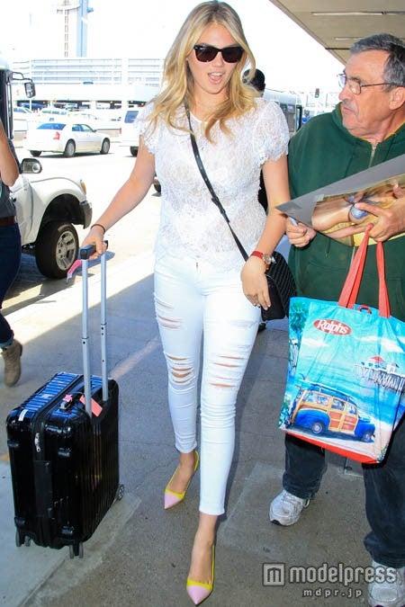 ロサンゼルス空港でのケイトは熱心なファンと思われる男性にも笑顔で。x17online.com/Zeta Image【モデルプレス】