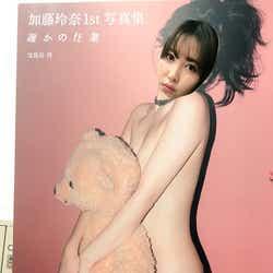 """モデルプレス - 小嶋陽菜、AKB48加藤玲奈の美バストギリギリSEXYショットを""""再現"""" クオリティに「さすが」「違和感ない」の声"""