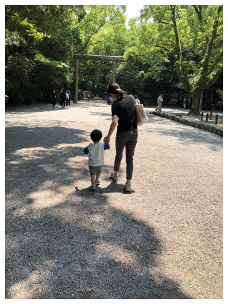 息子と手をつなぐ釈由美子/釈由美子オフィシャルブログ(Ameba)より