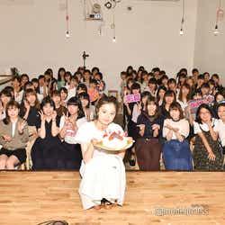 ファンと記念撮影/紺野彩夏ファンミーティング「HAPPY AYAKA DAY GIRLS FESTIVAL」の様子 (C)モデルプレス