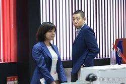 我妻三輪子、荒川良々/「家族ノカタチ」第9話より/画像提供:TBS