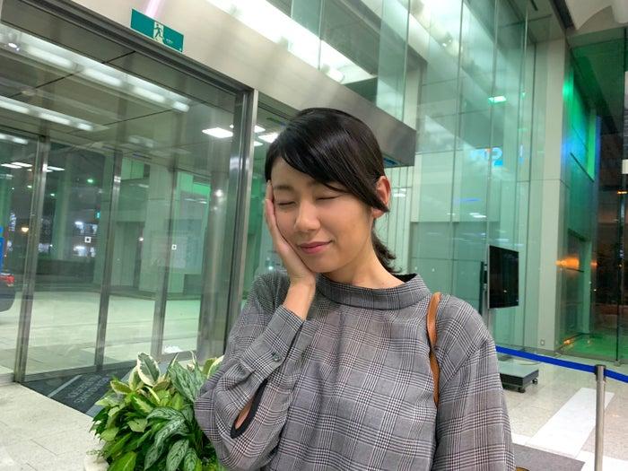 新美有加アナ、出社の様子(提供写真)