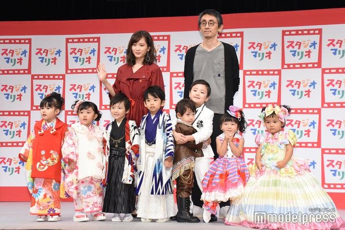 後列左より:前田敦子、吉田大八氏 (C)モデルプレス