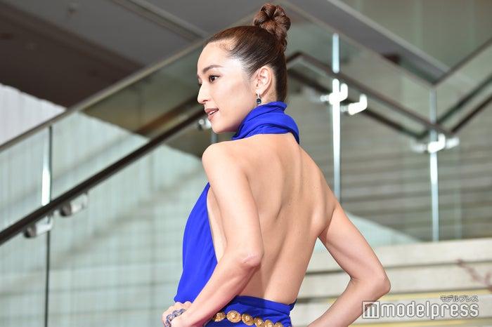 背中大胆魅せドレスで登場した中村アン (C)モデルプレス