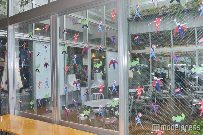 カフェの窓には各キャラクターのシールが散りばめられている(C)モデルプレス