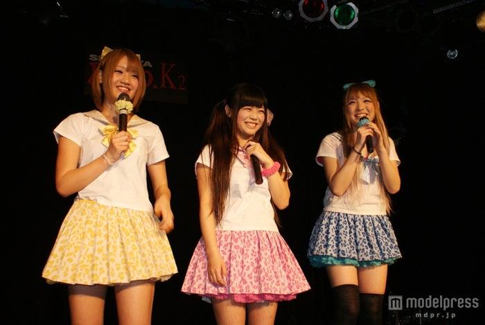 キュートなセーラー服衣装で登場したGALDOLL(左から:坂井樹乃、西永嶺花、江崎奈々帆)