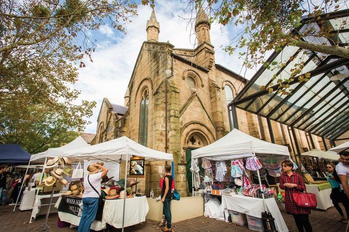 教会の敷地内で開催されるパディントン・マーケット/オージーファッションの露店やアクセサリー、オーガニックフードの屋台が150以上も並び大盛況/Destination NSW