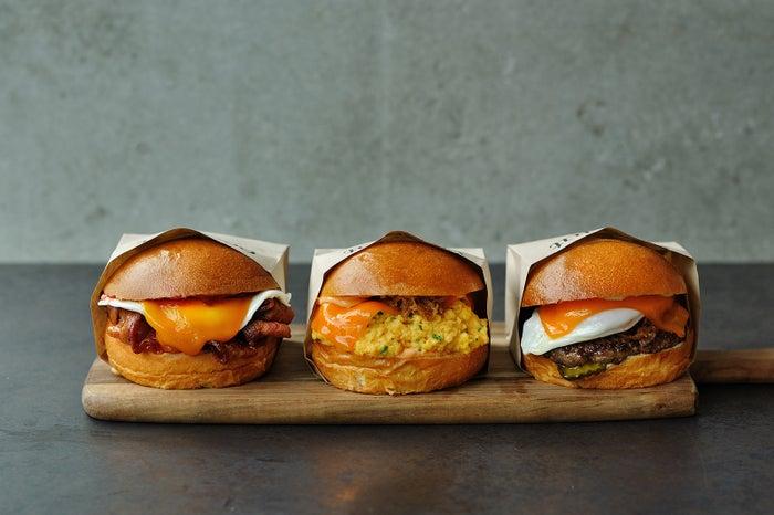(左から)ベーコンチーズチーズサンド、フェアファックスサンド、チーズバーガー/画像提供:フレーバーワークス