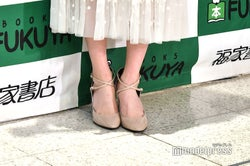 生田絵梨花の足元:ヌーディーカラーでより美脚見せ(C)モデルプレス