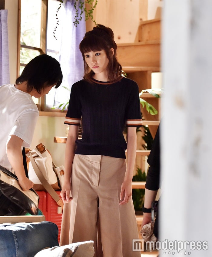 流行のスカンツを着こなす美咲。ドラマは彼女のファッションにも注目したい!(C)モデルプレス