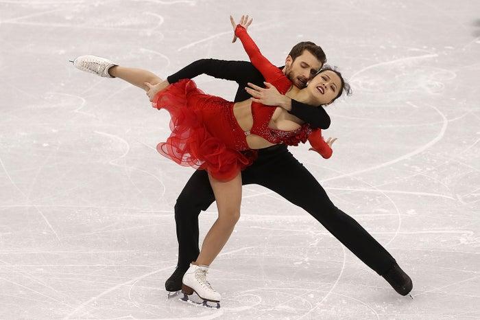 背中のホックが外れてしまい、衣装がはだけているミン選手/ミン・ユラ&アレクサンダー・ガメリン組(Photo by Getty Images)