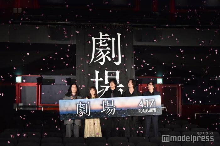 (左から)又吉直樹、松岡茉優、山崎賢人、寛一郎、行定勲監督(C)モデルプレス