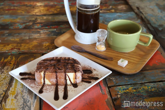 ほろ苦いコーヒーと塩チョコレート生ロールケーキの甘さがベストマッチ(C)モデルプレス