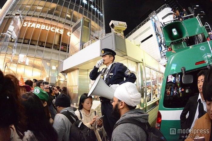 スクランブル交差点では警官が呼びかけ