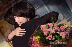 波瑠、伊勢谷友介と涙の抱擁 吉沢亮も笑顔の「サバイバル・ウェディング」クランクアップ【現場レポ】