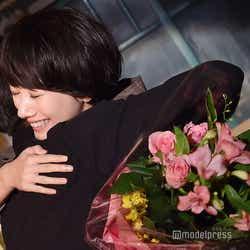モデルプレス - 波瑠、伊勢谷友介と涙の抱擁 吉沢亮も笑顔の「サバイバル・ウェディング」クランクアップ【現場レポ】