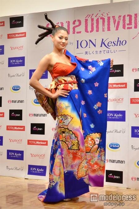 「2012ミス・ユニバース世界大会」のナショナル・コスチュームを披露した原綾子