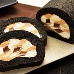 断面のマーブル模様がモダンな「黒いロールケーキ」の正体は…?