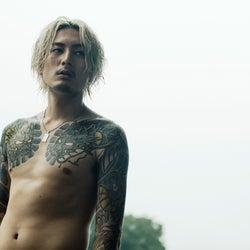 間宮祥太朗、衝撃の上裸タトゥー姿(C)2017「全員死刑」製作委員会