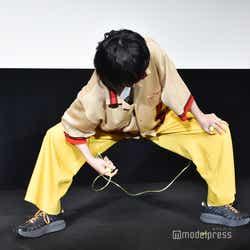二重跳び対決前、柔軟する菅田将暉(C)モデルプレス
