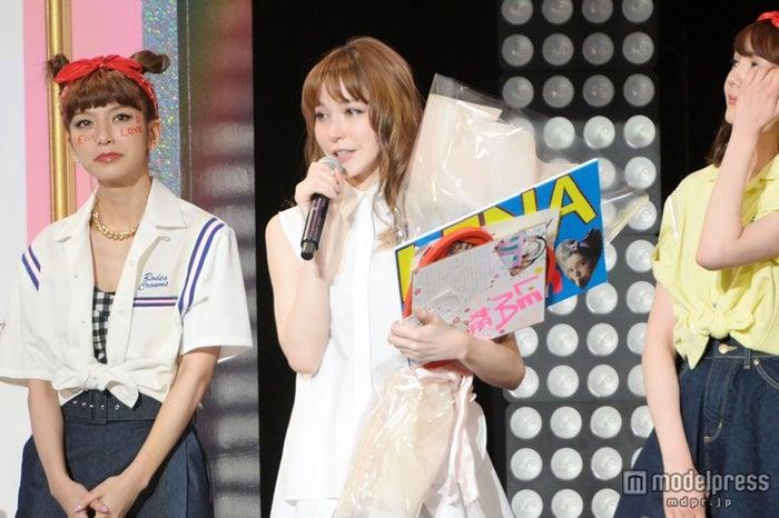 号泣で「ViVi 」卒業を語った、藤井リナ(中央)