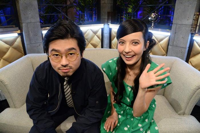 ハマ・オカモト(左)とのMCでレギュラー復帰するベッキー(画像提供:スカパー!)