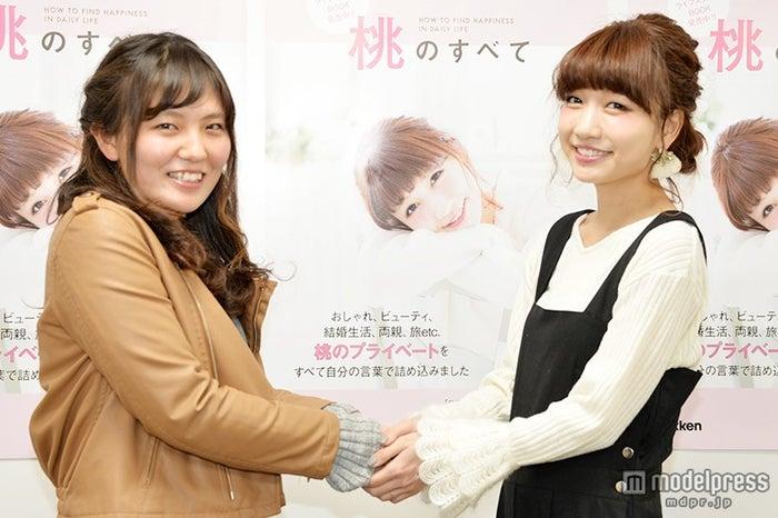 ファンと笑顔で握手する桃