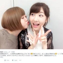 "AKB48峯岸みなみ""アモーレ""柏木由紀にキス?ショットに反響「近すぎ」「2人とも可愛い」"