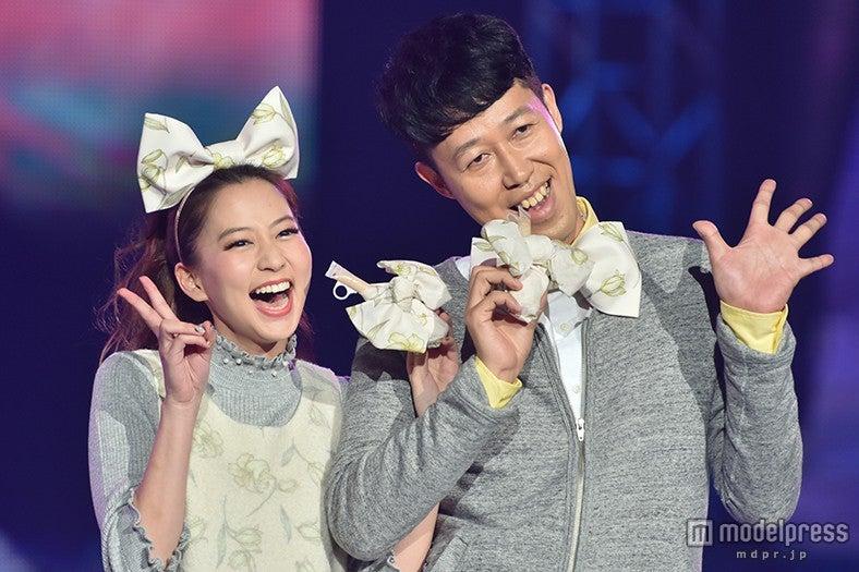 小籔千豊、河北麻友子と腕を組みキュートにポーズ 女子力の高さで会場沸かす【モデルプレス】