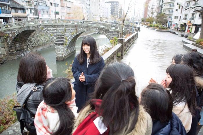 眼鏡橋付近で修学旅行中の女子高生たちから黄色い歓声が飛んだ!(提供写真)