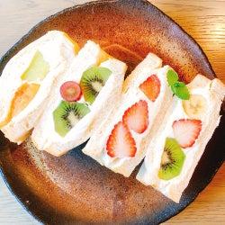 流行中のフルーツサンドが茨城に、高級生食パンで果物&クリームをサンド