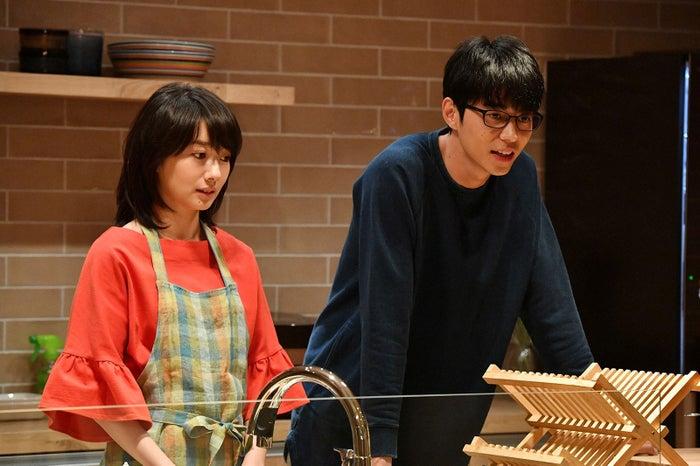 波瑠、東出昌大/「あなたのことはそれほど」第2話より(画像提供:TBS)