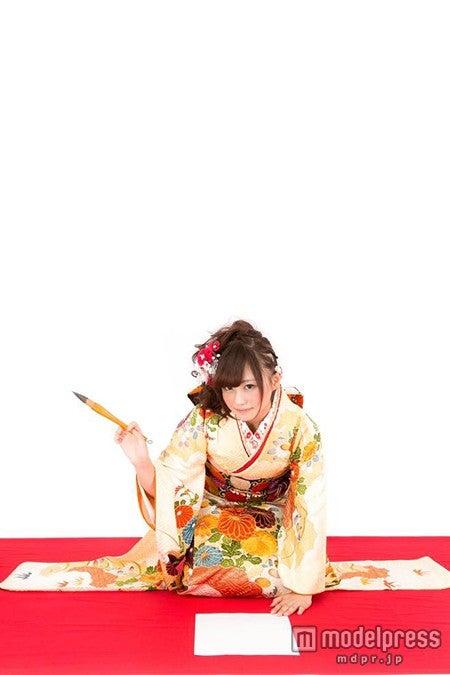 「今年の目標を書き初める着物の女性」写真素材ぱくたそ/モデル 河村友歌