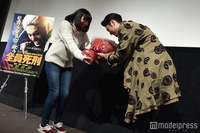 ファンからバラの花束を受け取る間宮祥太朗(C)モデルプレス