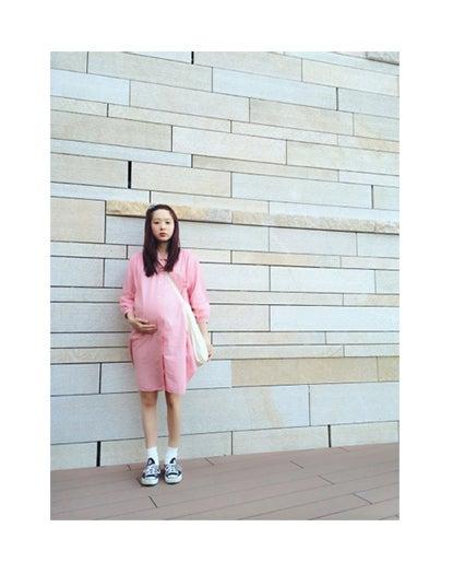 妊娠9ヶ月のふっくらお腹を公開したAMO/オフィシャルブログ(Ameba)より【モデルプレス】