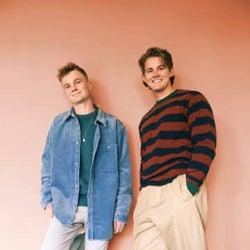 サーフェシズが新曲「Wave of You」を発表、海辺での恋物語を映した短編映画のようなミュージック・ビデオも公開