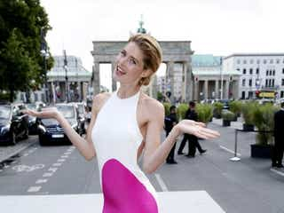 ドウツェン・クロース、カラフルドレスでベルリン・ファッション・ウィークに登場