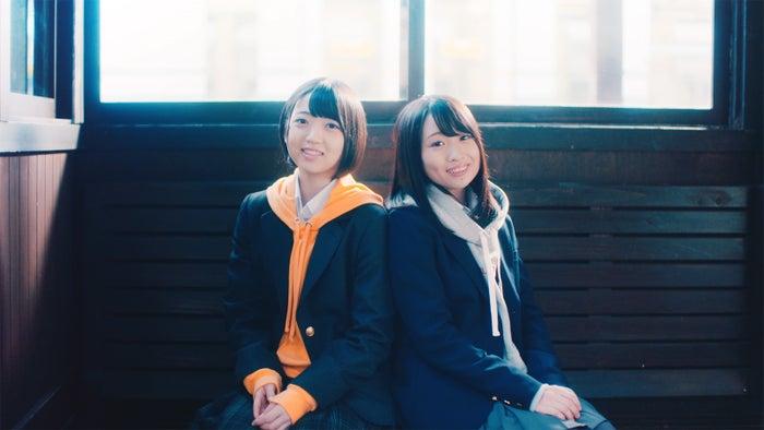 多田京加、松田祐実/三国港駅/Fortune cherry「ひまわりのない世界」MVより(C)You, Be Cool!/KING RECORDS