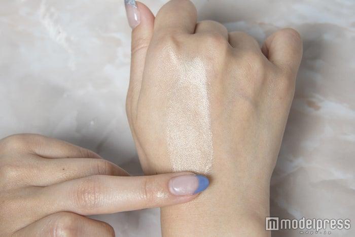 肌そのものが輝くような仕上がりに(C)モデルプレス