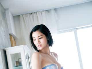"""""""巨乳すぎるレポーター""""出口亜梨沙、豊満美バストあらわ 保健室の先生姿に"""