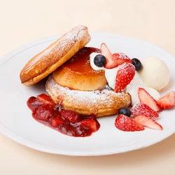 [オープン記念限定]吉野農園の卵のプリンストロベリーパンケーキ(1,600円)/画像提供:コンテンポラリープランニングセンター(CPCenter)