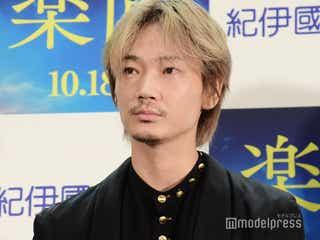 綾野剛、サプライズ登場 新宿での衝撃エピソード明かす「ちょっと危なそうな方に髪の毛を掴まれた」<楽園>
