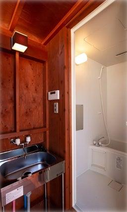 浴槽もテントに隣接する形でデッキスペースに設置/画像提供:マリントピアリゾート