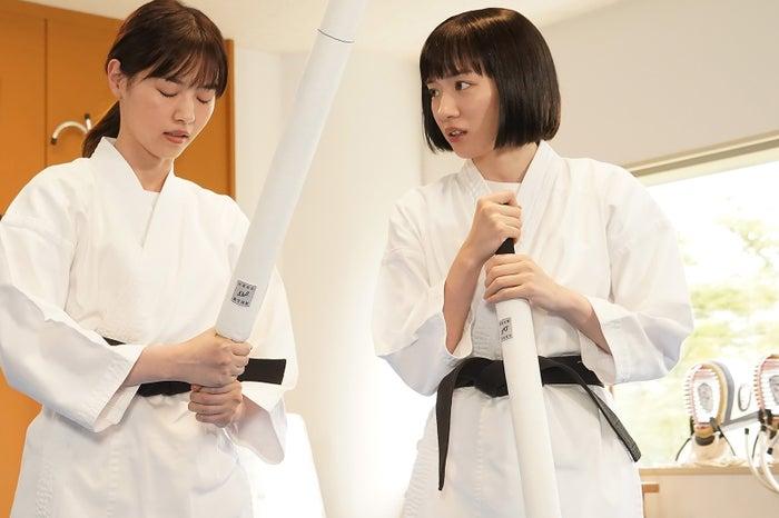 西野七瀬、永野芽郁 「ハコヅメ〜たたかう!交番女子〜」第3話より(C)日本テレビ
