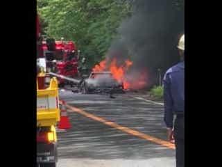 箱根ターンパイクで高級車炎上 フェラーリF40が走行中に煙