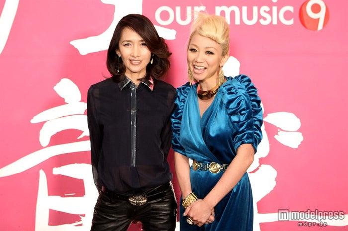 工藤静香(左)の「Blue Velvet」を共に披露した倖田來未(右)