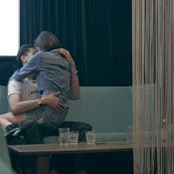 モデルプレス - テラスハウス、膝に乗ってキス&ホテルへ…過激シーンに反響「すごい長い」「体感的にほぼキスシーン」